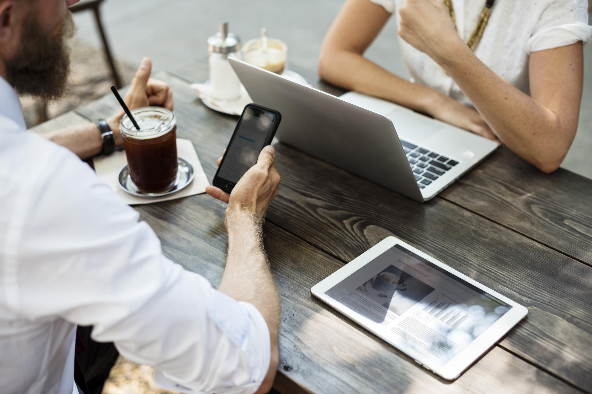 Professionel online kontorpakke med CMS, online drev, mail og kalender løsning, der virker på alle dine enheder.